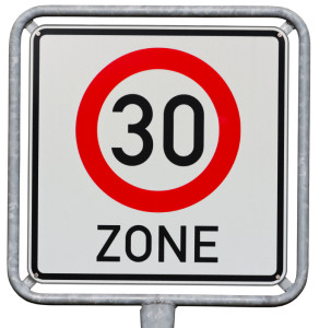Ein Bußgeld droht, wenn die Geschwindigkeit z. B. in einer 30-Zone nicht eingehalten wird.