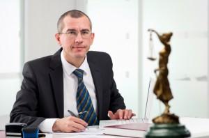 Ob sich der Bußgeldbescheid-Einspruch lohnt, können Sie mit einem Anwalt besprechen