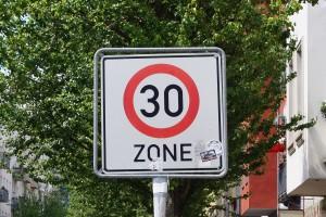 Tempo-30-Zone: Sie wird durch ein Verkehrszeichen ausgewiesen.