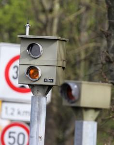 Stationäre Ampelblitzer dokumentieren Rotlichtverstöße.