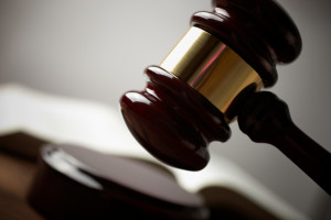 Die fahrlässige Körperverletzung wird vom StGB mit einer maximal dreijährigen Freiheitsstrafe oder einer Geldstrafe geahndet.