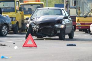 Hat sich ein Unfall ereignet, ist die Unfallstelle abzusichern und das Fahrzeug als Hindernis kenntlich zu machen.