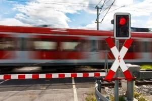 Das Andreaskreuz signalisert: Am Bahnübergang ist höchste Achtsamkeit vonnöten. Sind die Schranken unten, ist anzuhalten.