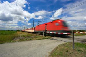 Das richtige Verhalten am Bahnübergang ist wichtig, um sich selbst und andere nicht zu gefährden.
