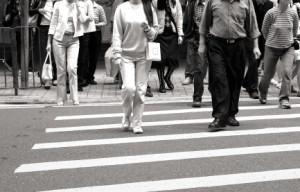 An einem Fußgängerüberweg haben Fußgänger Vorrang.
