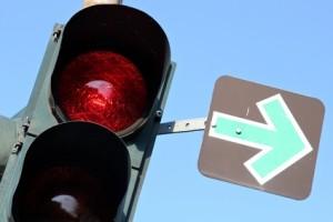 Der grüne Pfeil berechtigt zum Abbiegen. Der Fahrer muss allerdings erst prüfen, ob eine Weiterfahrt ohne Behinderung anderer möglich ist.