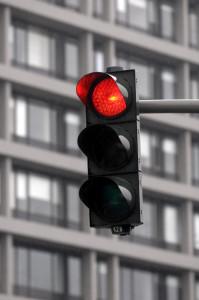 Ein grüner Pfeil, der an einer Ampel aufleuchtet, zeigt dem Fahrer an, dass er ungehindert in die Richtung des Pfeiles abbiegen kann. Er muss die Kreuzung räumen.
