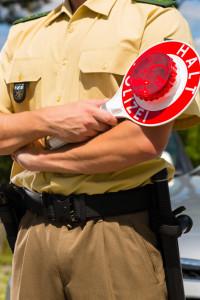 Für eine Polizeikontrolle dürfen Fahrer jeder Zeit und ohne näheren Grund von den Beamten zum Halten aufgefordert werden.