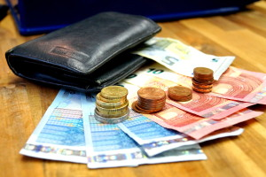 Mit dem Telefon am Steuer in der Probezeit: Es drohen neben Bußgeld und Punkten in Flensburg noch weitere Sanktionen.
