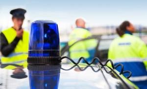 Wenn Einsatzfahrzeuge einen Blaulichteinsatz haben, muss ihnen der Weg über die Fahrbahn freigemacht werden. In diesem Fall treten die Vorfahrtsregeln kurz außer Kraft.