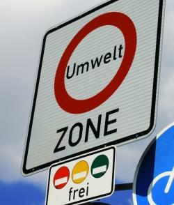 Umweltzonen werden mit diesem Straßenschild gekennzeichnet.