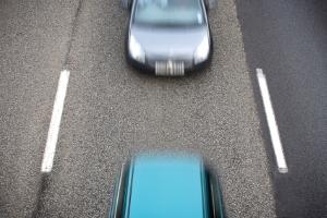 Nicht durchgezogene Linie: Hier ist es dem Fahrer erlaubt zu überholen.
