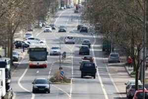 Achten Sie beim Fahren auf die Fahrbahnbegrenzung.