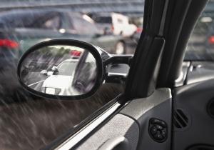 Um beim Rückwärtsfahren einen Unfall zu vermeiden, sollten Sie das Geschehen durch die Spiegel kontrollieren.