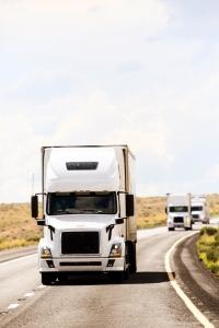 Den Abstand zwischen Lkw sollten Sie dem Bremsweg anpassen.