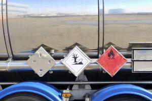 Die Gefahrgutzeichen geben Auskunft über die Güter im Fahrzeug.