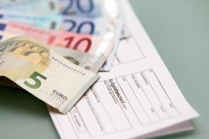 Beim Lkw muss das Bußgeld bei einer Überladung sowohl vom Halter als auch vom Fahrer gezahlt werden.