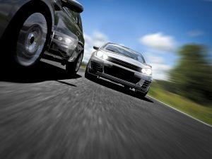 Ein gleichbleibender Abstand zwischen Polizeiauto und Vorausfahrendem ist bei der Geschwindigkeitsmessung durch Nachfahren wichtig.