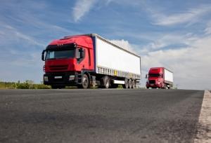 Ein generelles Lkw-Überholverbot gilt auf der Autobahn nicht.