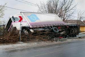 Lkw-Unfälle: Bei überhöhter Geschwindigkeit kann der Laster kippen.