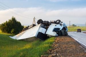 Kommt der Lkw bei einem Unfall von der Straße ab, werden zur Bergung meist schwere Geräte benötigt.