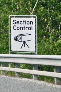 Section Control bezeichnet die Geschwindigkeitskontrolle über einen Abschnitt hinweg.