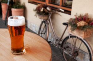 Mit Alkohol auf dem Fahrrad fahren, ist in Deutschland nicht per se verboten.