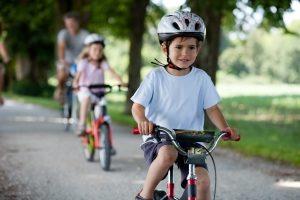 Kinder: Mit dem Fahrrad auf dem Gehweg zu fahren ist bis zum Alter von zehn Jahren erlaubt.