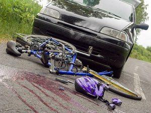 Fahrradunfälle: Ohne Helm kann es lebensgefährlich werden. Pflicht ist er aber nicht.