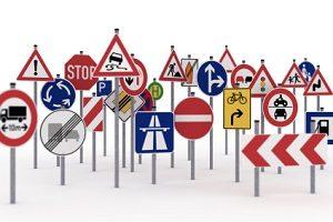 StVO: Verschiedene Verkehrszeichen regeln die Vorschriften auf der Straße.