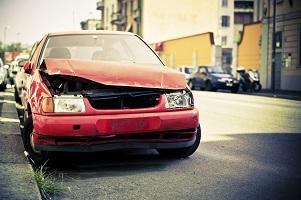 Autounfall: Den Schaden auszahlen zu lassen ist eine Möglichkeit.