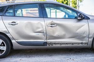 Wenn andere Personen die Autotür öffnen und ein Unfall geschieht, haftet die gegnerische Versicherung für den Schaden an Ihrem Fahrzeug.