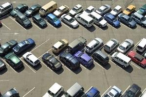 Bei einem Parkschaden kann Anzeige erstattet werden, wenn der Schädiger Fahrerflucht begangen hat.