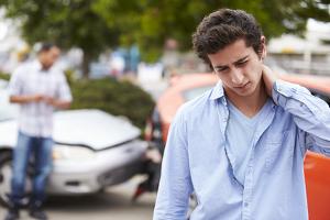 Bei einem Auffahrunfall erfolgt eine fahrlässige Körperverletzung in Form eines Schleudertraumas schnell.