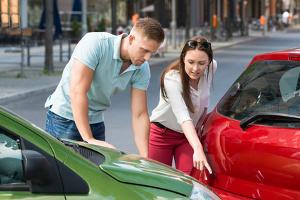 Vorfahrt missachtet und einen Unfall gebaut? Wer schuld ist, muss die Versicherung klären.