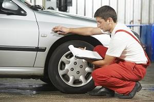 Ein Gutachten fürs beschädigte Auto verursacht Kosten.
