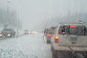 Sie vermeiden das Bußgeld für eine Geschwindigkeitsüberschreitung, wenn Sie bei schlechter Witterung max. 50 km/h fahren.