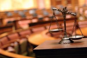 Wer Schmerzensgeld vor Gericht einfordern will, sollte einen Anwalt um Rat ersuchen.