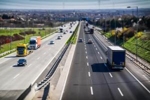 Die Höchstgeschwindigkeit auf der Schnellstraße bzw. Autobahn  für Lkw liegt i. d. R. bei 80 km/h.