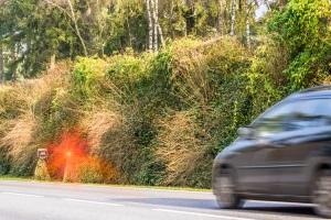 Eine Geschwindigkeitskontrolle dient dazu, die Einhaltung des zulässigen Tempos zu überwachen.