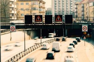 Auch auf einer Schnellstraße kann die Mindestgeschwindigkeit durch Ausnahmen aufgehoben sein.