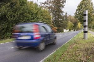 Die stationäre Geschwindigkeitsüberwachung kennen Fahrer als Säulen oder Kästen.