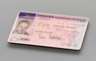 Um 1 Monat das Fahrverbot verschieben? Erstätern ist dies gestattet, sie geben den Führerschein dann entsprechend später ab.