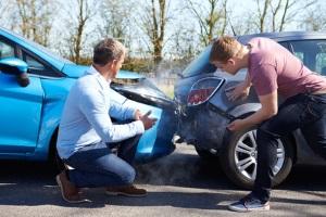 Nach einem Autounfall kann die Schadensregulierung von der Haftpflicht- oder Kaskoversicherung übernommen werden.