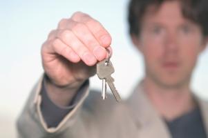 Sie müssen den Führerschein abgeben? Unter Umständen können Sie eine höhere Geldstrafe zahlen, statt das Fahrverbot anzutreten.