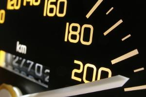Geschwindigkeitsüberschreitung: Einem Wiederholungstäter droht ein Fahrverbot.