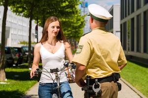 Das Verwarnungsgeld kann auch Fahrradfahrer treffen.