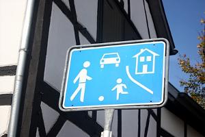 Spielstraße: Welche Fahrzeuge dürfen hier nur mit Schrittgeschwindigkeit fahren?