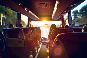 Die zulässige Geschwindigkeit vom Reisebus ist gesetzlich festgelegt.