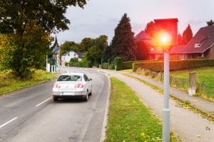 Wird die Geschwindigkeit auf der Landstraße überschritten, sind Bußgelder, Punkte und Fahrverbote möglich.